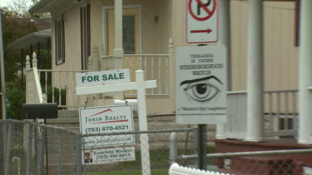 vidéos et rushes de october 27, 2008 for sale signs in front of two houses on the same street / united states - panneau
