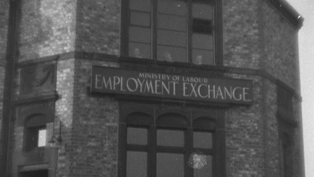 vídeos de stock, filmes e b-roll de october 29, 1929 montage factory production grinding to a halt and workers standing in line at the employment office as the stock market crashes / london, england - 1920 1929