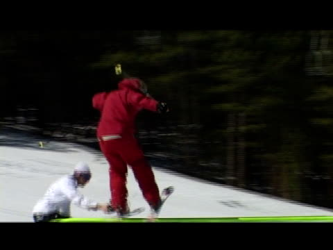 vídeos de stock e filmes b-roll de october 31, 2006 montage professional freestyle snow skiers unsuccessfully performing hand rail slides and crashing into leg splits - formato letterbox