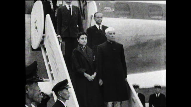 october 4 haneda airport india's prime minister nehru and his daughter indira gandhi visited japan as state guests prime minister nehru spoke with... - 歴史点の映像素材/bロール