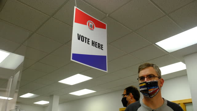 vídeos de stock e filmes b-roll de october 6, 2020; bloomington, indiana: voters cast their ballots at election central during the first day of early voting in monroe county, indiana.... - eleições
