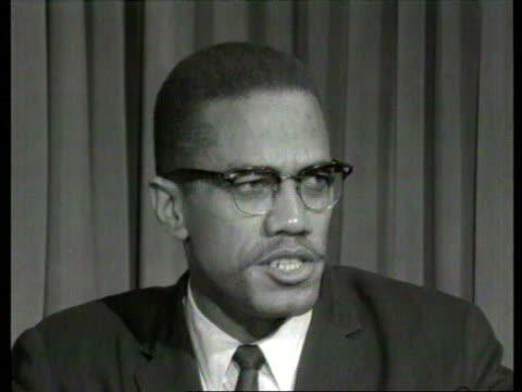 october 7, 1964 malcolm x speaking in interview about allegations that he is on the lunatic fringe of the american negro movement./ london, england/... - afroamerikansk historia i usa bildbanksvideor och videomaterial från bakom kulisserna