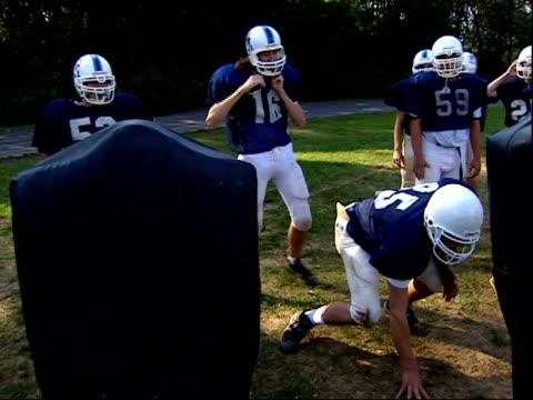 stockvideo's en b-roll-footage met october 7, 2003 members of the yorktown high school football team practicing on the field / arlington, virginia, united states - rampenoefening