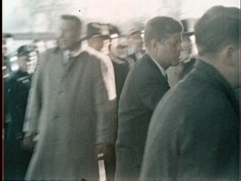vídeos y material grabado en eventos de stock de october 9 1962 ms pan john f kennedy arriving at new york world's fair groundbreaking ceremony in flushing meadows park and shaking hands with fair... - 1962
