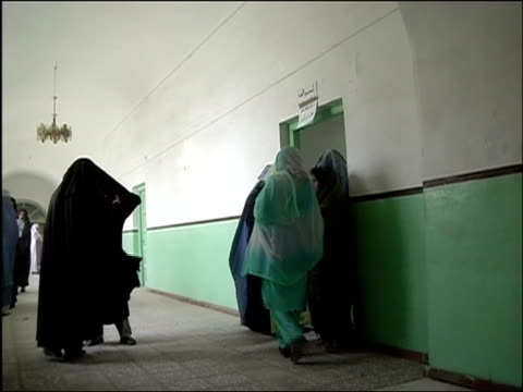 october 9 2004 women lining up inside polling station on election day / kandahar afghanistan / audio - operazione enduring freedom video stock e b–roll