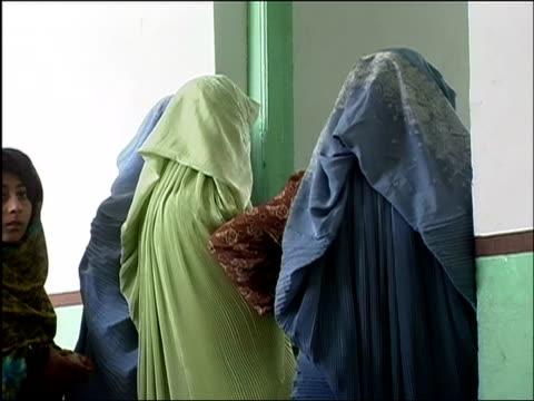 vídeos de stock e filmes b-roll de october 9 2004 women lining up inside polling station on election day / kandahar afghanistan / audio - kandahar