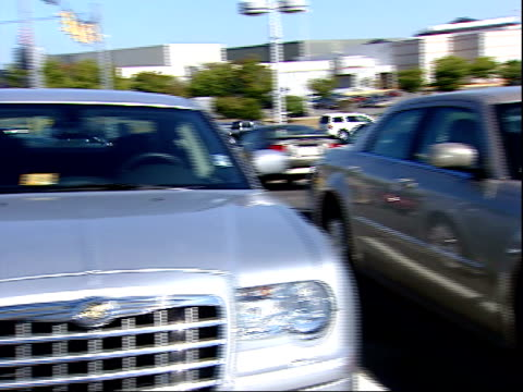 stockvideo's en b-roll-footage met october 9 2007 montage cars in the parking lot of a chrysler plymouth dealership / united states - chrysler