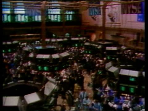 vídeos de stock e filmes b-roll de october in 1987 black monday rocks the world's stock markets lib new york new york wall street int floor of the new york stock exchange / graphic... - 1987