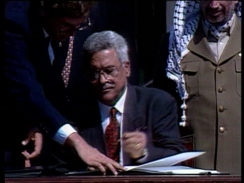 stockvideo's en b-roll-footage met october in 1994 israel and jordan signed a peace treaty washington the white house ext israeli foreign minister shimon peres and plo deputy leader... - yitzhak rabin