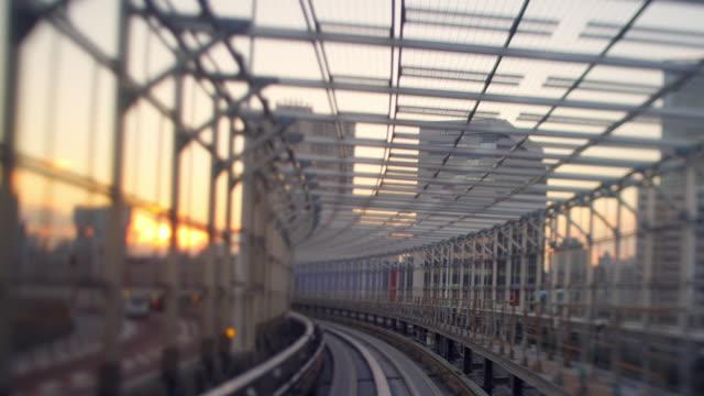 vídeos y material grabado en eventos de stock de odaiba train ride through tunnel dusk - tilt shift