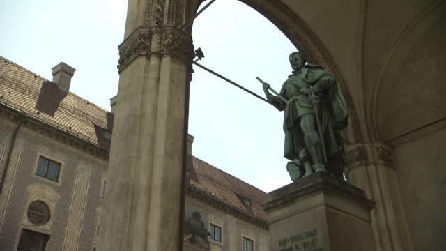 vídeos de stock e filmes b-roll de odeonsplatz, architecture, roof, sculpture of man, sunny - figura masculina