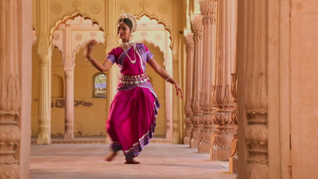 odissi dancer performing in the palace, ballabgarh, haryana, india - fußkettchen stock-videos und b-roll-filmmaterial