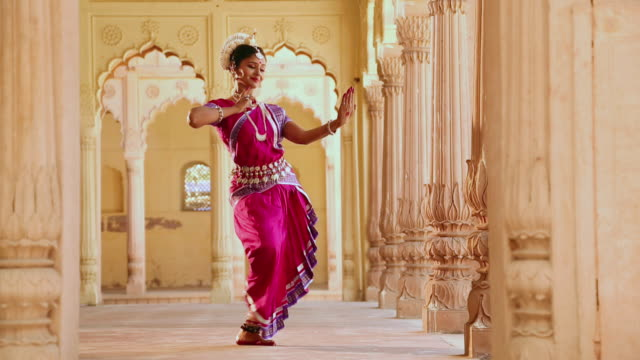 vidéos et rushes de odissi dancer performing in the palace, ballabgarh, haryana, india - indien d'inde