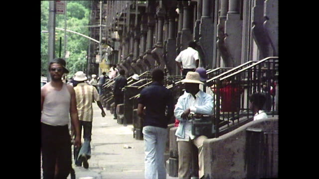 vídeos de stock e filmes b-roll de gv of a new york residential street; 1976 - 1976