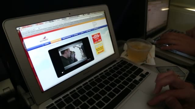 broll of airplane passengers sitting in their seats inflight and using wireless internet on mobile devices and laptops broll of passengers inflight... - passagier stock-videos und b-roll-filmmaterial