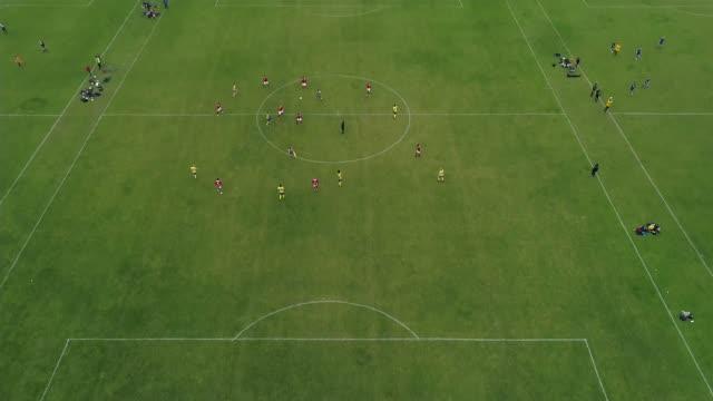 vidéos et rushes de 79% of asian grassroots football players subjected to racist abuse england of multiple football training pitches - terrain de sport sur gazon