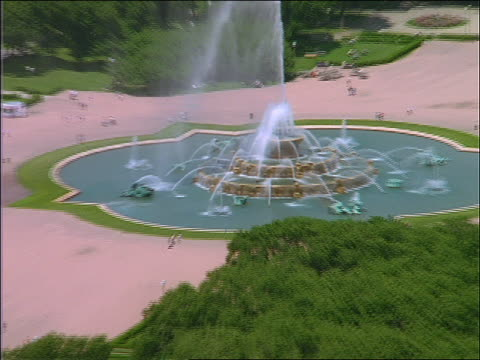 aerial of buckingham fountain / zoom out to chicago building - buckingham fountain stock videos & royalty-free footage