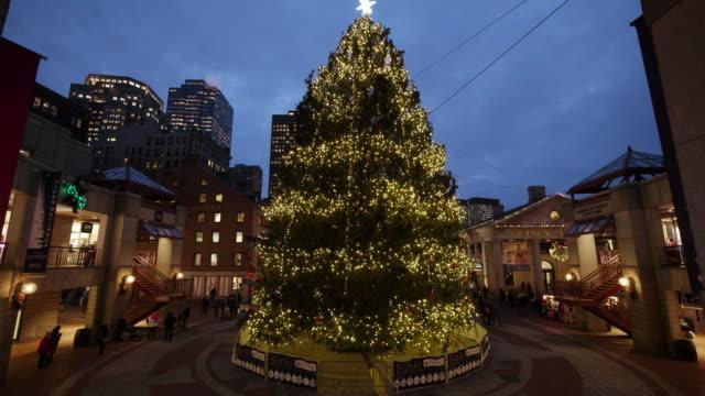 vídeos y material grabado en eventos de stock de ew/s of christmas tree at dawn at the blink! lightshow in boston, ma. - árbol de navidad
