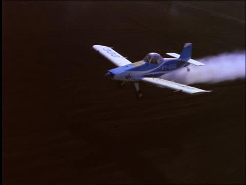 vídeos y material grabado en eventos de stock de aerial of crop duster flying over farm fields / brazil - insecticida