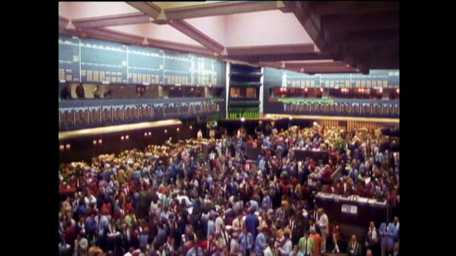 stockvideo's en b-roll-footage met has of crowded chicago board of trade trading floor; 1989 - 1980 1989