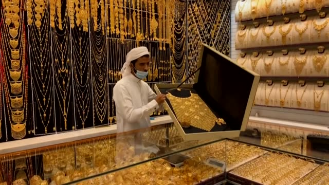 of dubai's gold market. gold chalked up another record peak on tuesday, while equity markets struggled with mounting coronavirus fears amid a... - gold stock videos & royalty-free footage