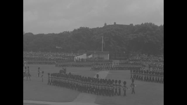 vs of edward viii on horseback in large bearskin grenadier hat / grenadier guards marching / ms edward viii salutes - 近衛兵点の映像素材/bロール