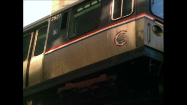 cu las of elevated train passing overhead in chicago; 1985 - 以前の点の映像素材/bロール