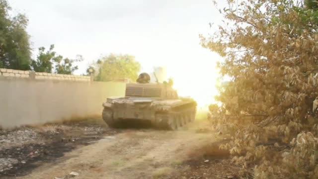 stockvideo's en b-roll-footage met images of fighting between libya's unrecognised government of national accord and the libyan national army of strongman khalifa haftar - libië