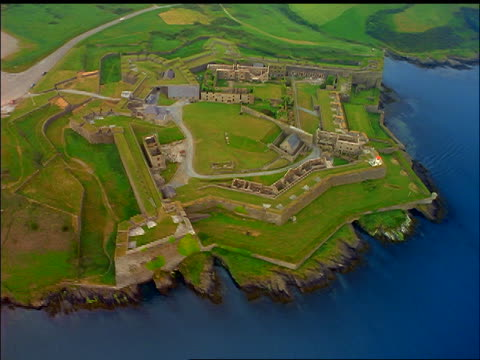 vídeos y material grabado en eventos de stock de aerial of fort on green coast / kinsale fort, county cork, ireland - cincuenta segundos o más