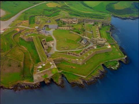 aerial of fort on green coast / kinsale fort, county cork, ireland - 50秒以上点の映像素材/bロール