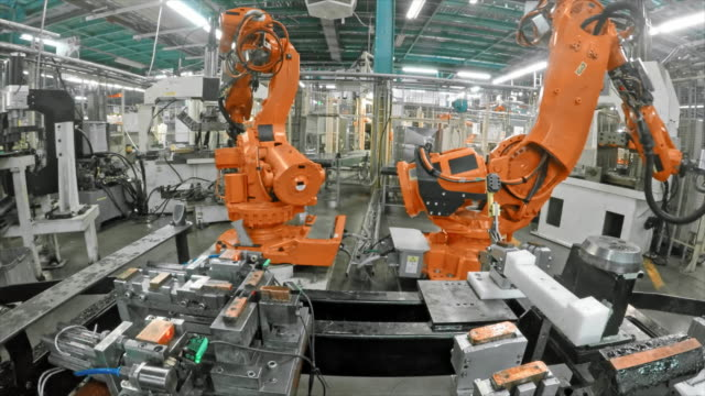 vídeos de stock e filmes b-roll de time lapse of industrial robots working in a factory - automatizado