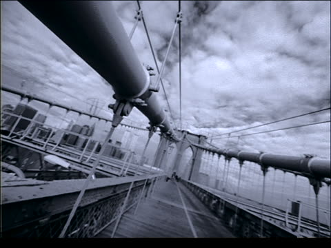 b/w canted of joggers on brooklyn bridge / nyc - cinematografi bildbanksvideor och videomaterial från bakom kulisserna