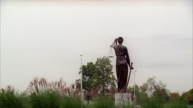 of lady justice statue in downtown pontiac. mi - ポンティアック点の映像素材/bロール
