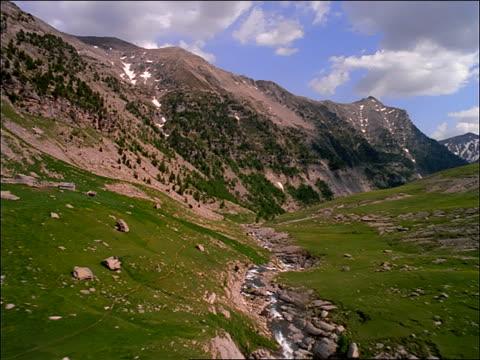 vídeos y material grabado en eventos de stock de aerial of mountains and river in valley / south of france / provence - cincuenta segundos o más