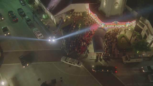 n/x h-d of movie premiere (westwood); spotlights, limos, crowds, etc.; can't read marquee - 首映 個影片檔及 b 捲影像
