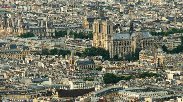 vidéos et rushes de t/l zo ws ha  of notre dame in paris, france  - vue subjective d'un avion