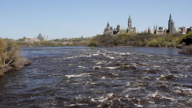vídeos y material grabado en eventos de stock de ews of parliament of canada seen from ottawa river - río ottawa