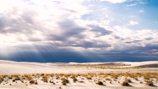 tl von gewitterwolken über dem white sands national monument - ruhige szene stock-videos und b-roll-filmmaterial