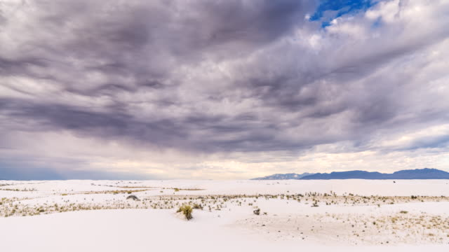 tl von gewitterwolken über dem white sands national monument - southwest usa stock-videos und b-roll-filmmaterial