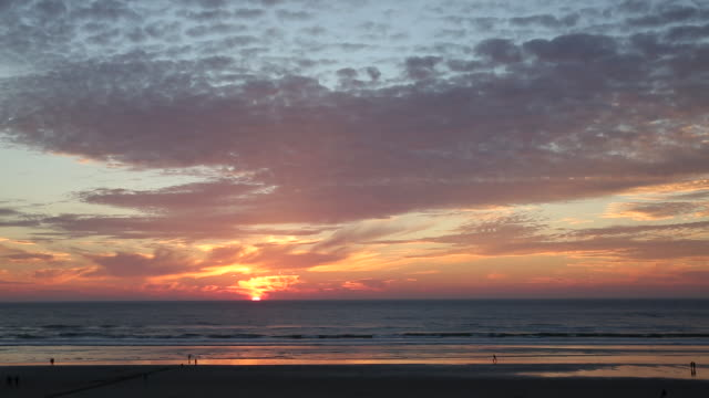 tl of sunsetting over ocean, elevated view - costa dell'oregon video stock e b–roll