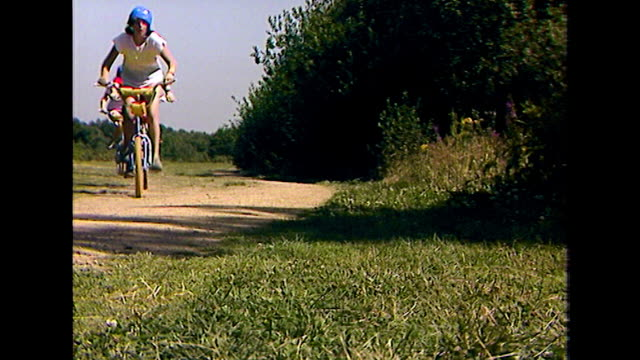 vídeos y material grabado en eventos de stock de las of teenagers riding past on mountain bikes *audio*; 1984 - bicicleta antigua