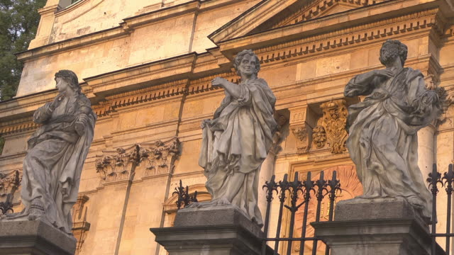 3 of the 12 all saints / apostles statues infront of church of saints peter and paul - 使徒点の映像素材/bロール