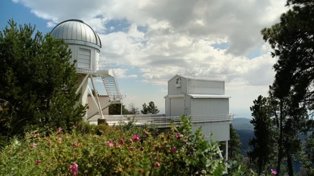 tl of the apache point observatory in sunspot, new mexico - observatorium bildbanksvideor och videomaterial från bakom kulisserna