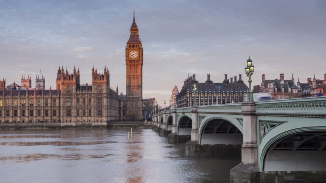 zo tl of the palace of westminster and westminster bridge. - westminster bridge stock-videos und b-roll-filmmaterial