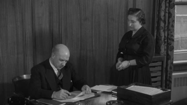 vídeos de stock, filmes e b-roll de 1955 montage ceo of the trade union signing papers / united kingdom - secretária