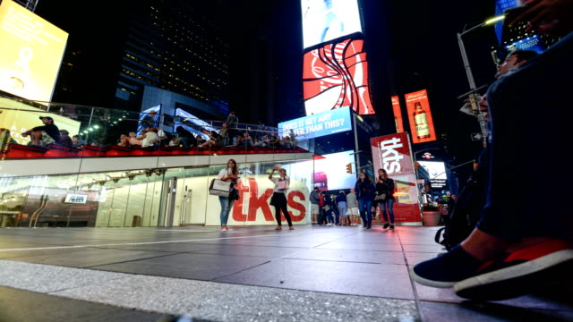 time lapse of tourist in times square, nyc - broadway manhattan video stock e b–roll