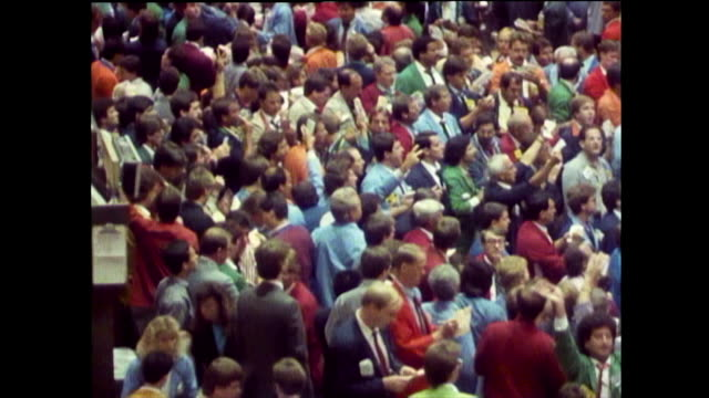 has of traders waving and gesturing on trading floor; 1989 - chicago 'l' bildbanksvideor och videomaterial från bakom kulisserna