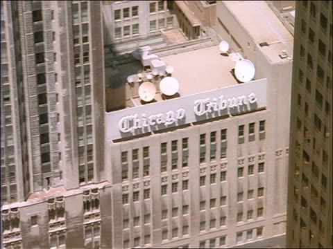 vidéos et rushes de aerial of tribune tower + surrounding buildings / chicago - tribune tower