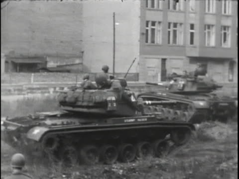 mls of us tank trackingright a us tank prepares to move into position for a confrontation with the soviets along the berlin wall during the berlin... - sport stock-videos und b-roll-filmmaterial