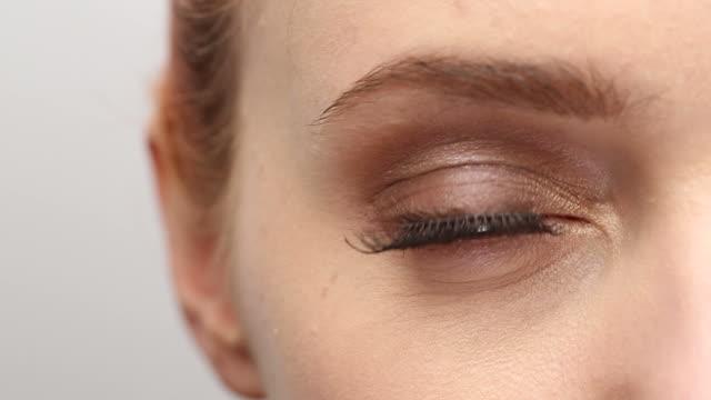 vídeos de stock, filmes e b-roll de xcu de jovem mulher de olhos verde enquanto ela está ombro. - olhos verdes